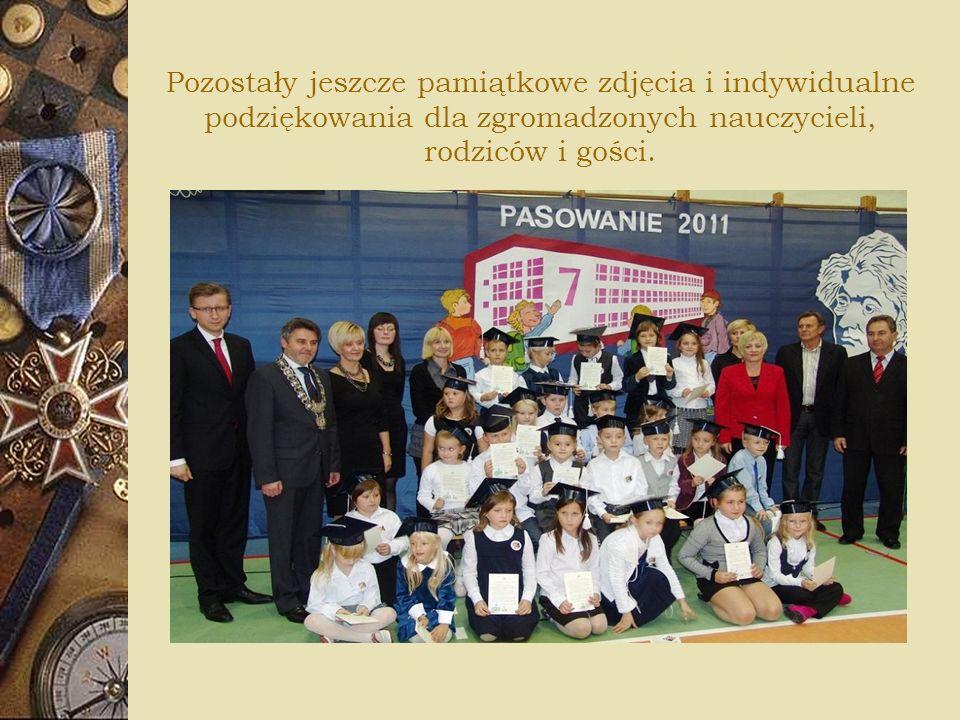 Pozostały jeszcze pamiątkowe zdjęcia i indywidualne podziękowania dla zgromadzonych nauczycieli, rodziców i gości.