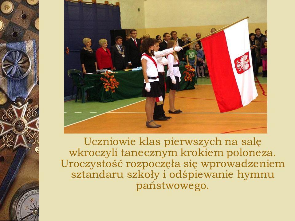 Uczniowie klas pierwszych na salę wkroczyli tanecznym krokiem poloneza