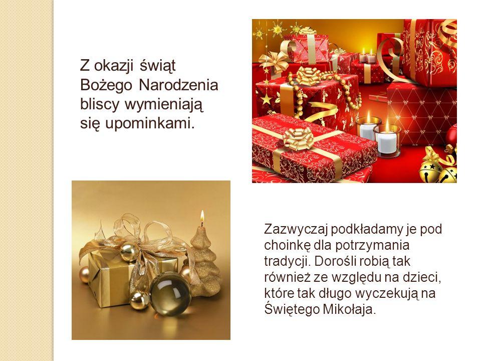 Z okazji świąt Bożego Narodzenia bliscy wymieniają się upominkami.