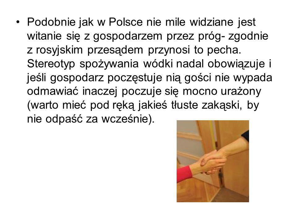 Podobnie jak w Polsce nie mile widziane jest witanie się z gospodarzem przez próg- zgodnie z rosyjskim przesądem przynosi to pecha.