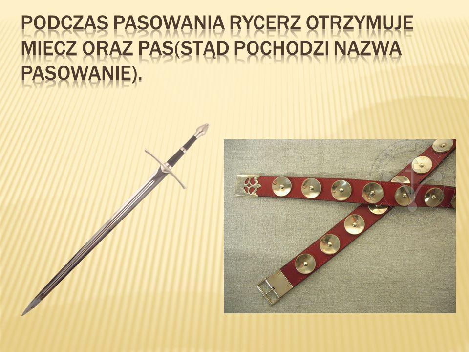 Podczas pasowania rycerz otrzymuje miecz oraz pas(stąd pochodzi nazwa pasowanie).