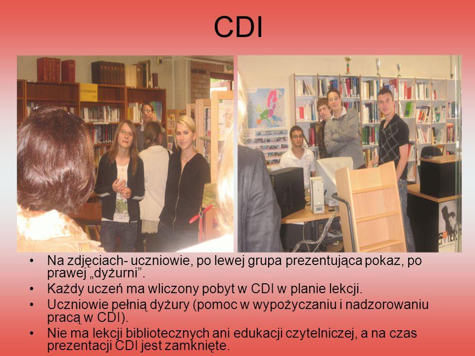 """CDI Na zdjęciach- uczniowie, po lewej grupa prezentująca pokaz, po prawej """"dyżurni . Każdy uczeń ma wliczony pobyt w CDI w planie lekcji."""