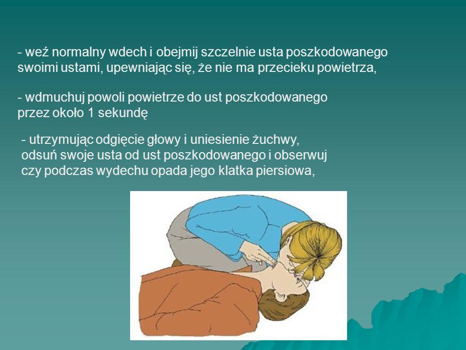 - weź normalny wdech i obejmij szczelnie usta poszkodowanego swoimi ustami, upewniając się, że nie ma przecieku powietrza,
