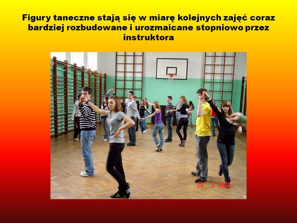 Figury taneczne stają się w miarę kolejnych zajęć coraz bardziej rozbudowane i urozmaicane stopniowo przez instruktora