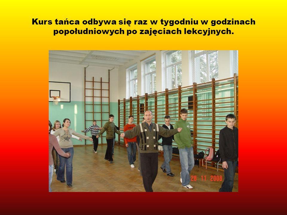 Kurs tańca odbywa się raz w tygodniu w godzinach popołudniowych po zajęciach lekcyjnych.