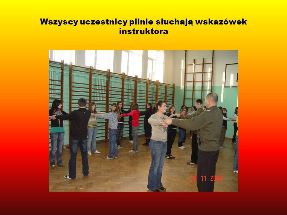 Wszyscy uczestnicy pilnie słuchają wskazówek instruktora