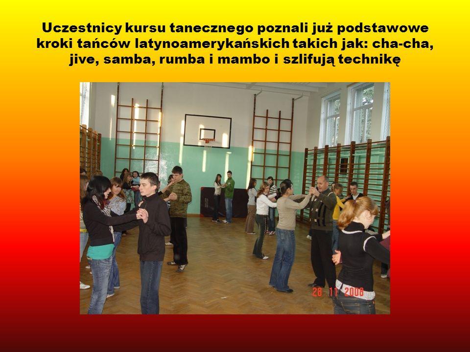 Uczestnicy kursu tanecznego poznali już podstawowe kroki tańców latynoamerykańskich takich jak: cha-cha, jive, samba, rumba i mambo i szlifują technikę
