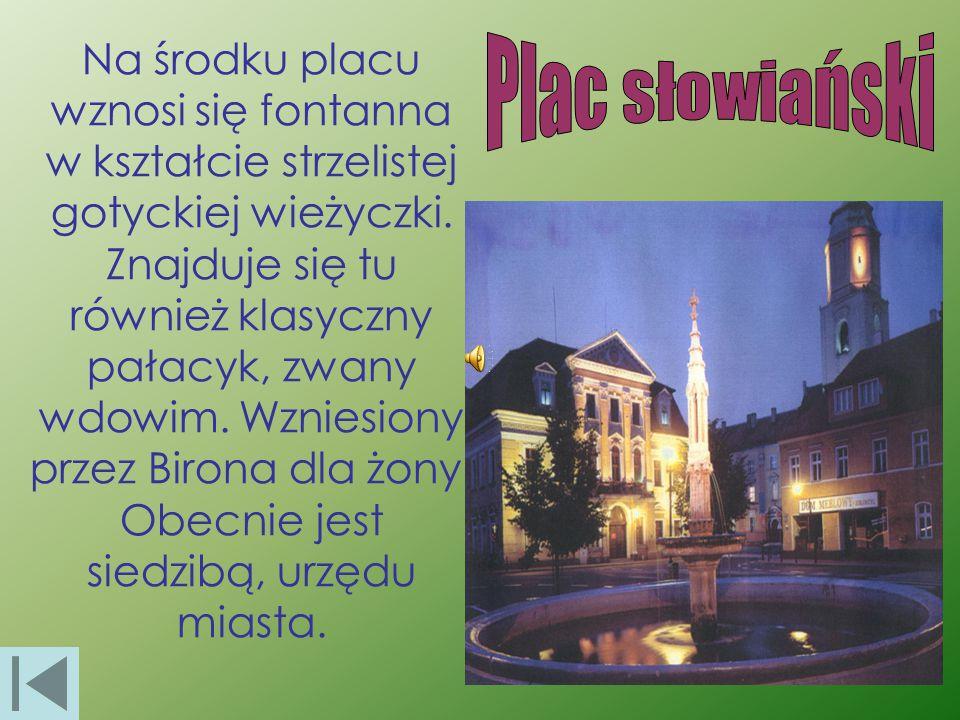 Na środku placu wznosi się fontanna w kształcie strzelistej gotyckiej wieżyczki. Znajduje się tu również klasyczny pałacyk, zwany wdowim. Wzniesiony przez Birona dla żony. Obecnie jest siedzibą, urzędu miasta.