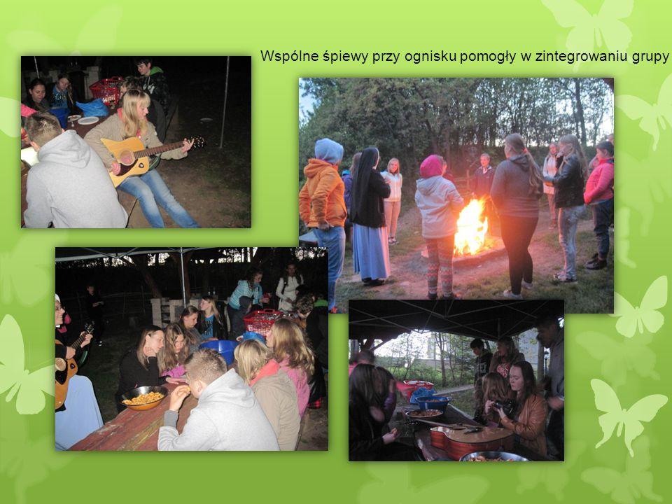 Wspólne śpiewy przy ognisku pomogły w zintegrowaniu grupy