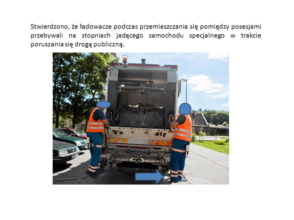 Stwierdzono, że ładowacze podczas przemieszczania się pomiędzy posesjami przebywali na stopniach jadącego samochodu specjalnego w trakcie poruszania się drogą publiczną.