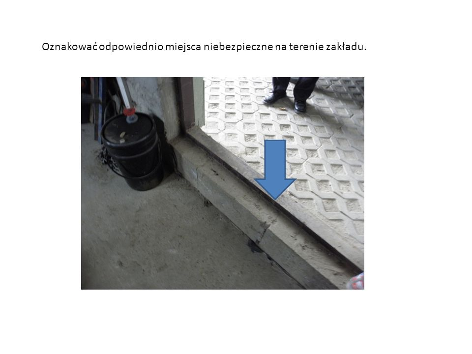 Oznakować odpowiednio miejsca niebezpieczne na terenie zakładu.