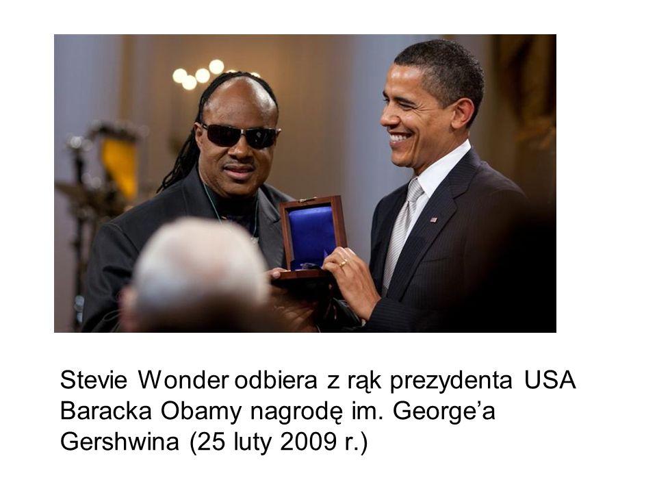 Stevie Wonder odbiera z rąk prezydenta USA Baracka Obamy nagrodę im
