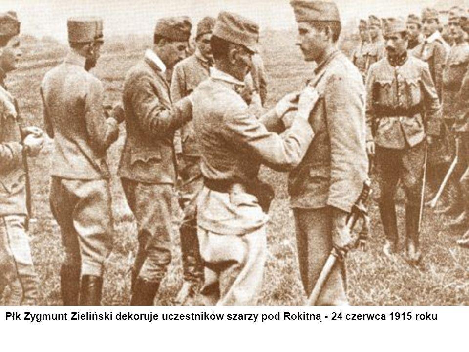 Płk Zygmunt Zieliński dekoruje uczestników szarzy pod Rokitną - 24 czerwca 1915 roku