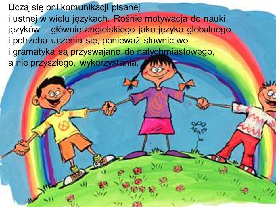 Uczą się oni komunikacji pisanej i ustnej w wielu językach