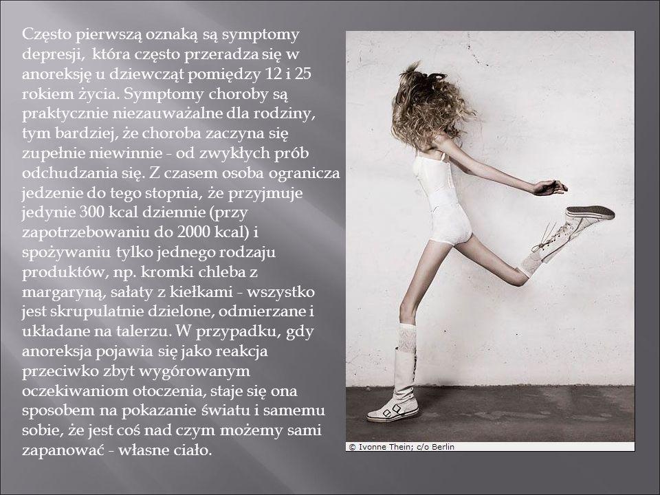 Często pierwszą oznaką są symptomy depresji, która często przeradza się w anoreksję u dziewcząt pomiędzy 12 i 25 rokiem życia.
