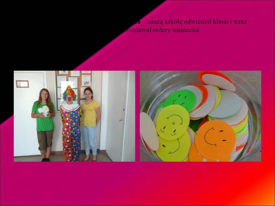 Wtorek – dzień życzliwości i uśmiechu – naszą szkołę odwiedził klaun i wraz z dziewczynkami rozdawał ordery uśmiechu