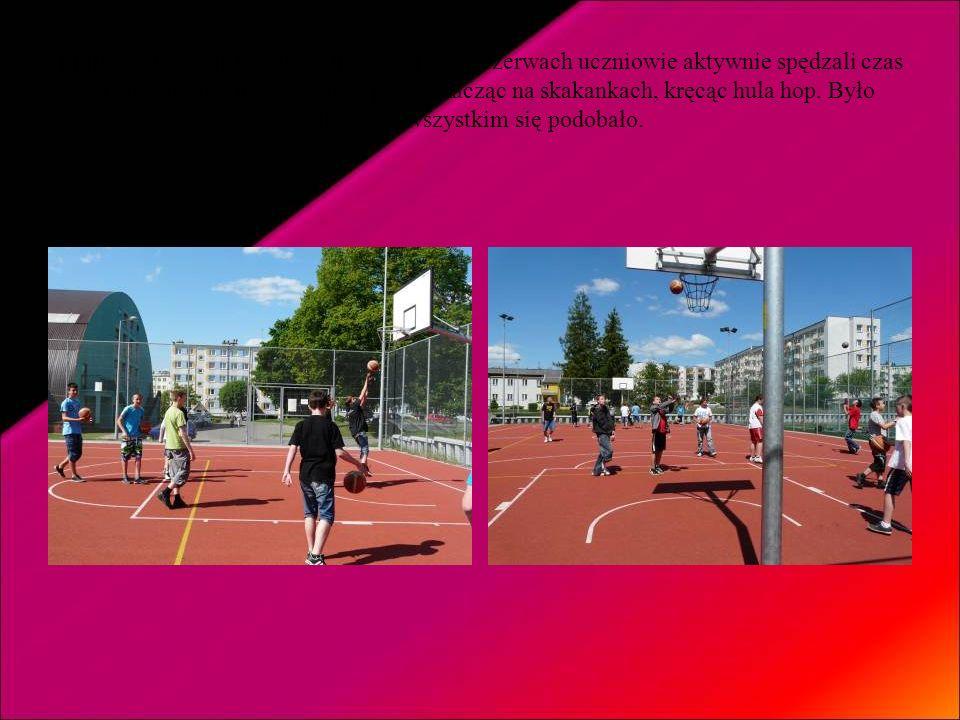Piątek – dzień aktywności fizycznej – na przerwach uczniowie aktywnie spędzali czas na boisku szkolnym grając w piłkę, skacząc na skakankach, kręcąc hula hop.