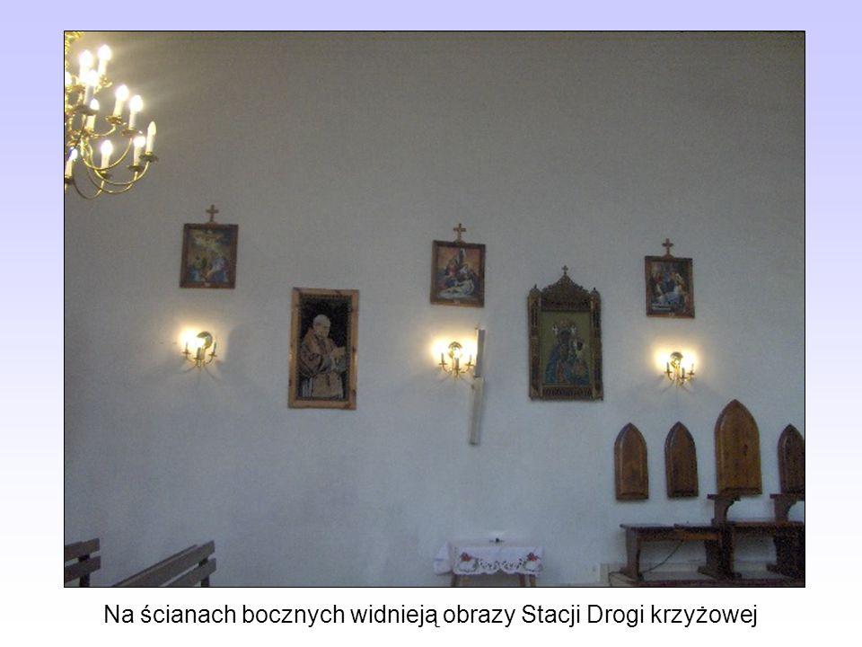 Na ścianach bocznych widnieją obrazy Stacji Drogi krzyżowej