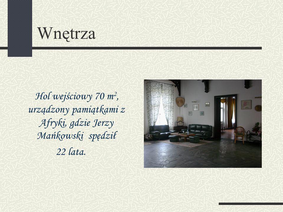 Wnętrza Hol wejściowy 70 m2, urządzony pamiątkami z Afryki, gdzie Jerzy Mańkowski spędził.