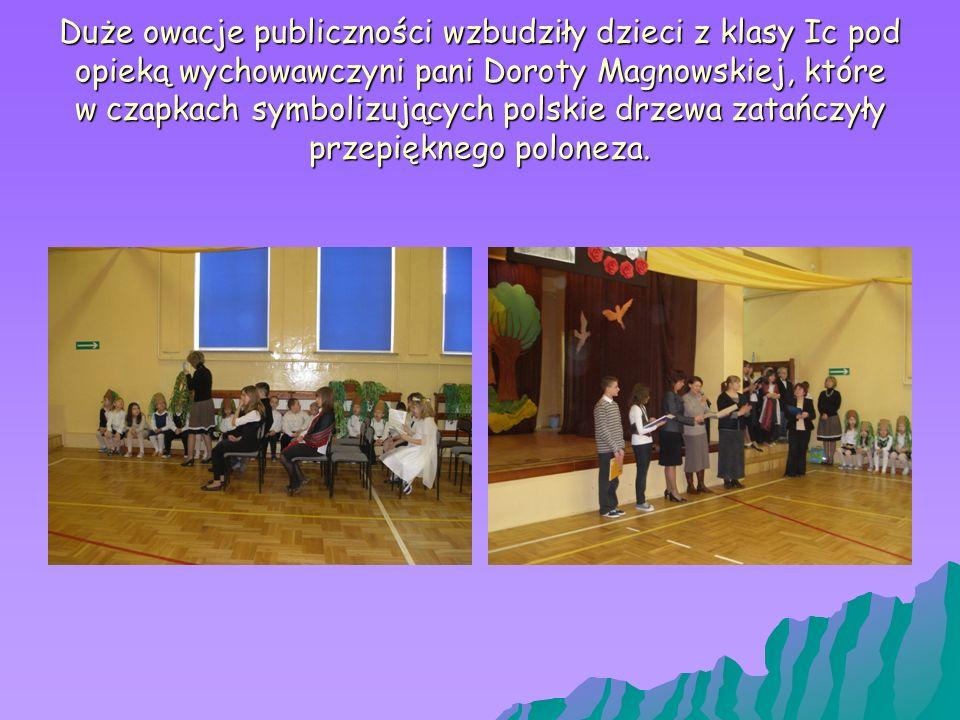 Duże owacje publiczności wzbudziły dzieci z klasy Ic pod opieką wychowawczyni pani Doroty Magnowskiej, które w czapkach symbolizujących polskie drzewa zatańczyły przepięknego poloneza.