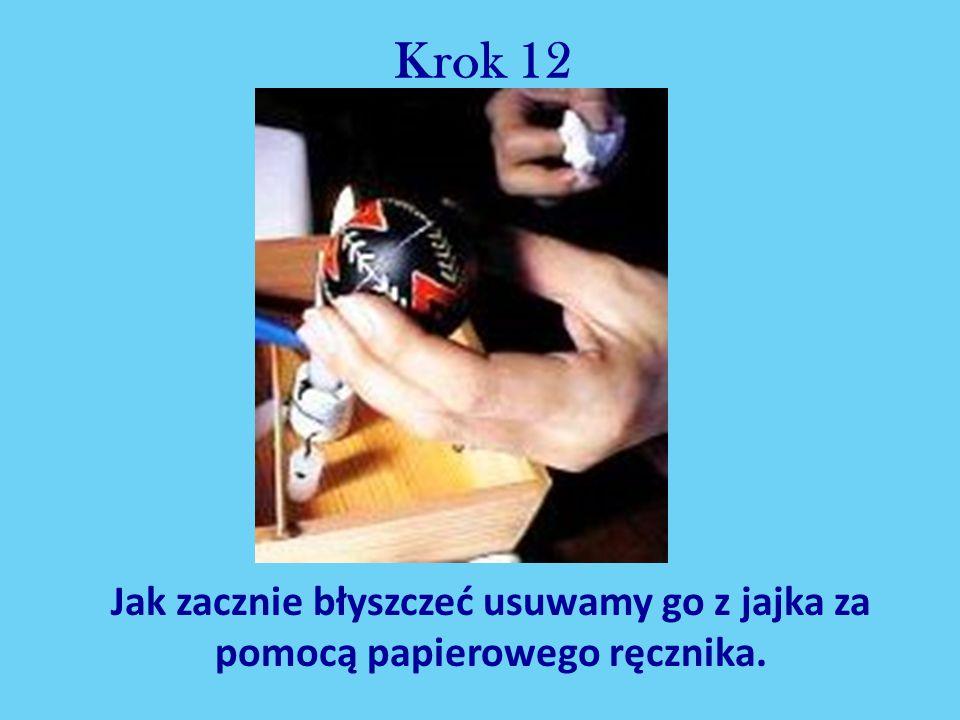Krok 12 Jak zacznie błyszczeć usuwamy go z jajka za pomocą papierowego ręcznika.