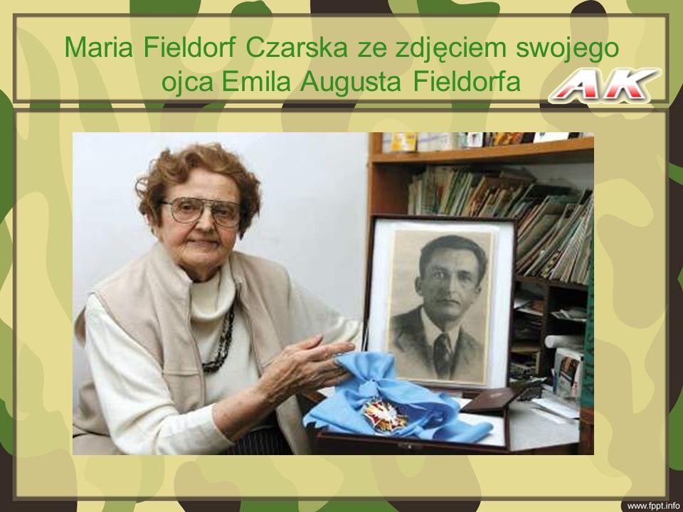 Maria Fieldorf Czarska ze zdjęciem swojego ojca Emila Augusta Fieldorfa