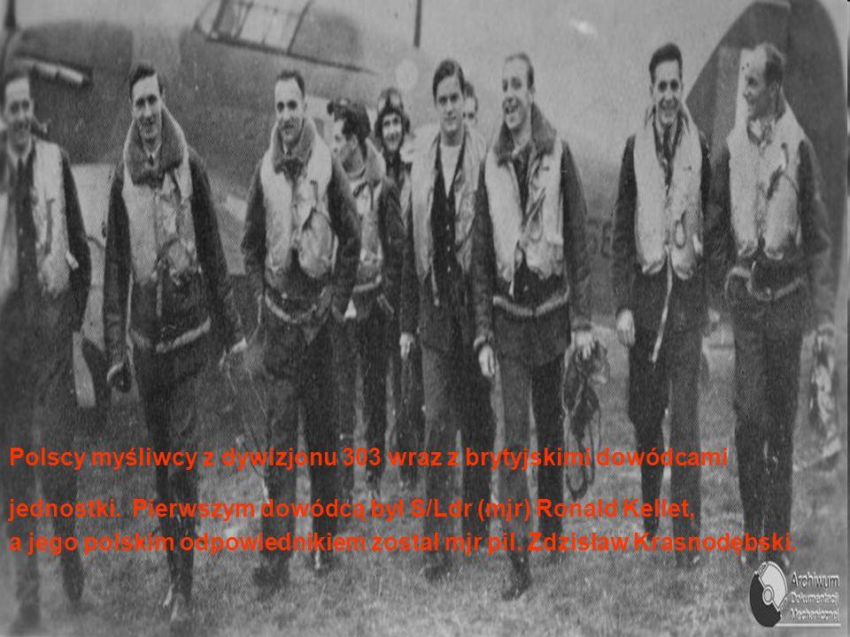 Polscy myśliwcy z dywizjonu 303 wraz z brytyjskimi dowódcami jednostki