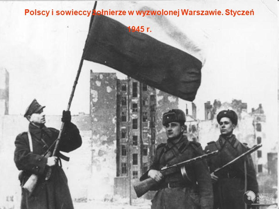Polscy i sowieccy żołnierze w wyzwolonej Warszawie. Styczeń 1945 r.