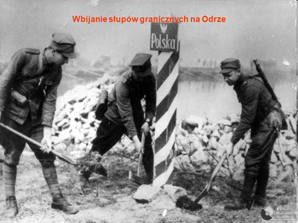 Wbijanie słupów granicznych na Odrze