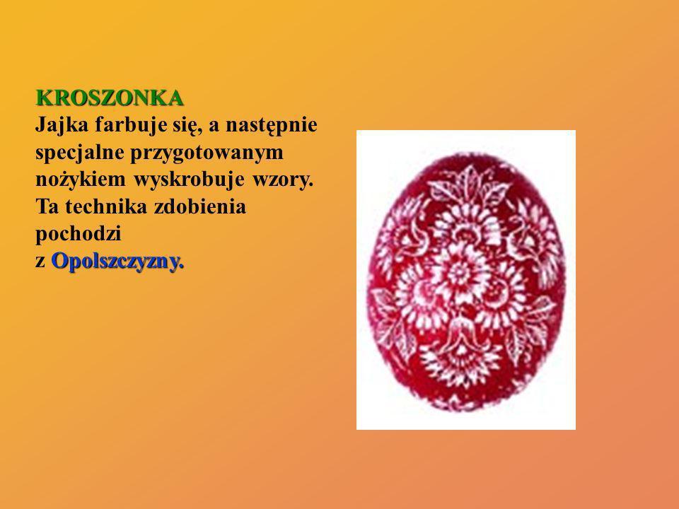 KROSZONKA Jajka farbuje się, a następnie specjalne przygotowanym nożykiem wyskrobuje wzory.