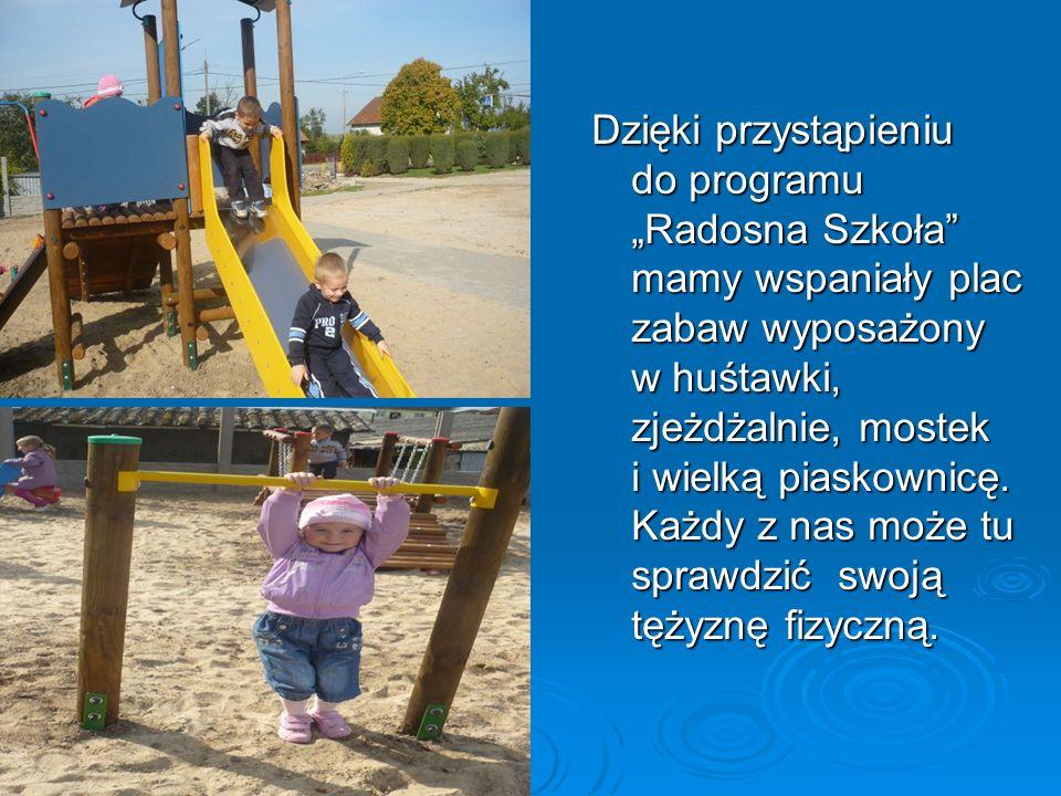 """Dzięki przystąpieniu do programu """"Radosna Szkoła mamy wspaniały plac zabaw wyposażony w huśtawki, zjeżdżalnie, mostek i wielką piaskownicę."""