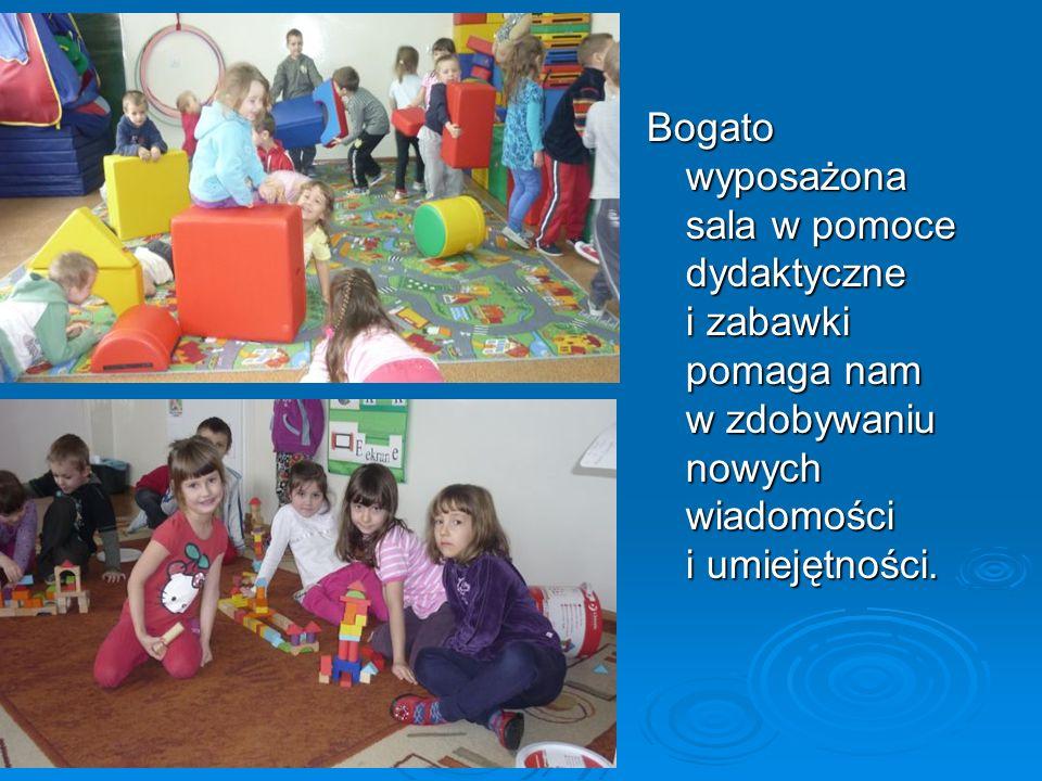 Bogato wyposażona sala w pomoce dydaktyczne i zabawki pomaga nam w zdobywaniu nowych wiadomości i umiejętności.