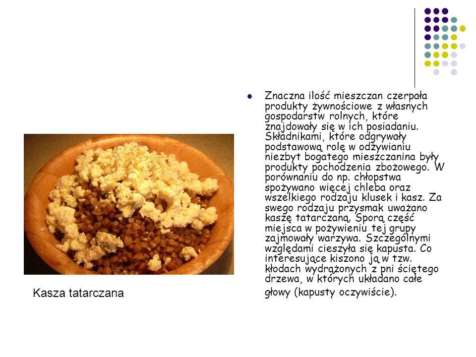 Znaczna ilość mieszczan czerpała produkty żywnościowe z własnych gospodarstw rolnych, które znajdowały się w ich posiadaniu. Składnikami, które odgrywały podstawową rolę w odżywianiu niezbyt bogatego mieszczanina były produkty pochodzenia zbożowego. W porównaniu do np. chłopstwa spożywano więcej chleba oraz wszelkiego rodzaju klusek i kasz. Za swego rodzaju przysmak uważano kaszę tatarczaną. Sporą część miejsca w pożywieniu tej grupy zajmowały warzywa. Szczególnymi względami cieszyła się kapusta. Co interesujące kiszono ją w tzw. kłodach wydrążonych z pni ściętego drzewa, w których układano całe głowy (kapusty oczywiście).