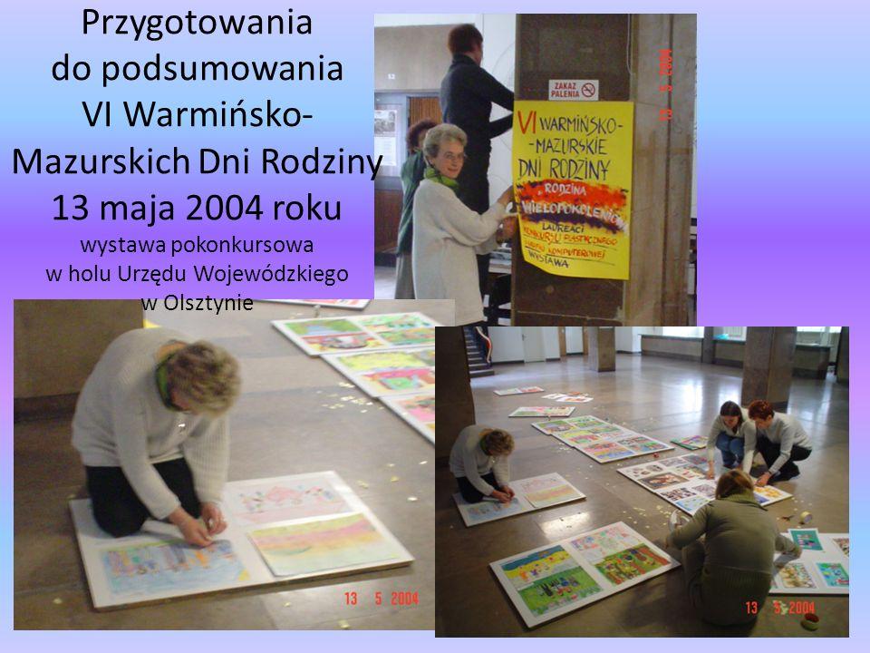 Przygotowania do podsumowania VI Warmińsko-Mazurskich Dni Rodziny 13 maja 2004 roku wystawa pokonkursowa w holu Urzędu Wojewódzkiego w Olsztynie
