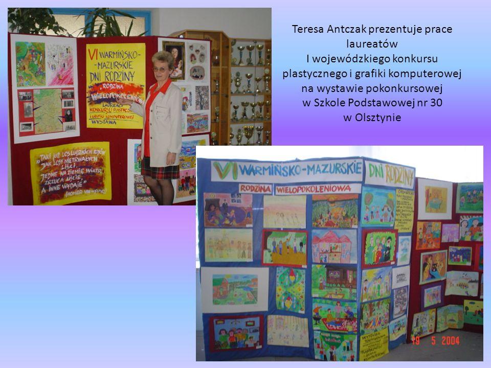 Teresa Antczak prezentuje prace laureatów I wojewódzkiego konkursu plastycznego i grafiki komputerowej na wystawie pokonkursowej w Szkole Podstawowej nr 30 w Olsztynie