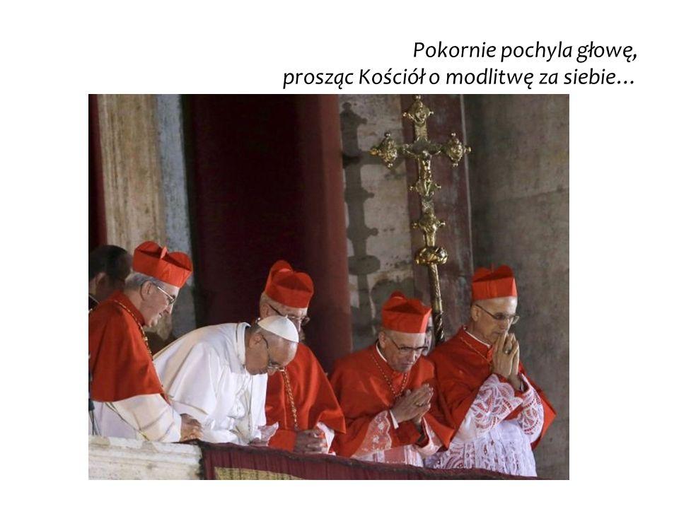 Pokornie pochyla głowę, prosząc Kościół o modlitwę za siebie…