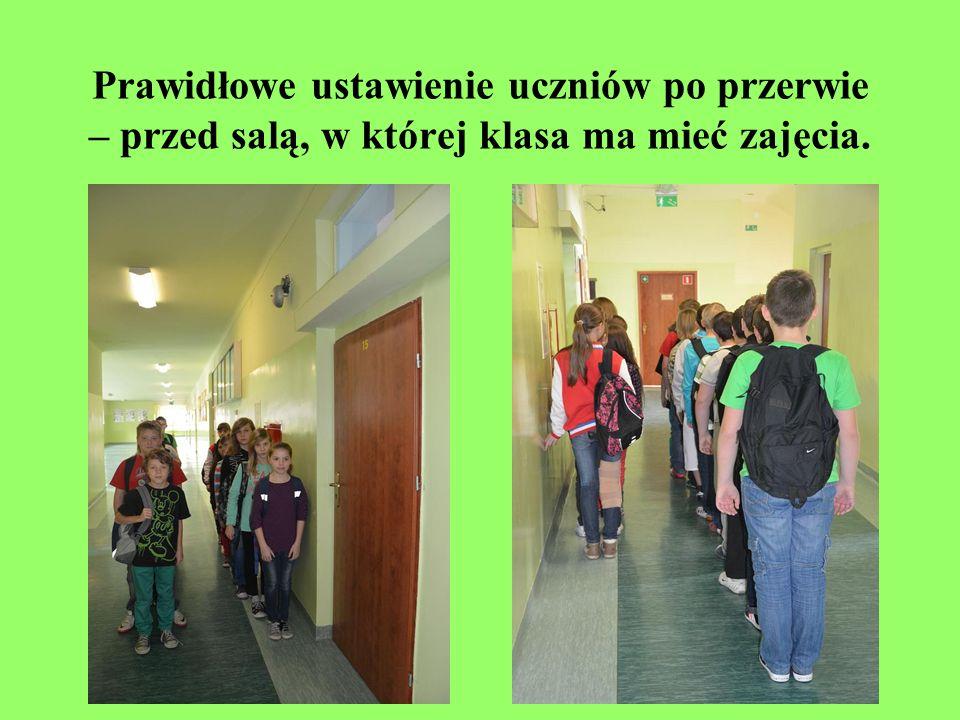 Prawidłowe ustawienie uczniów po przerwie – przed salą, w której klasa ma mieć zajęcia.