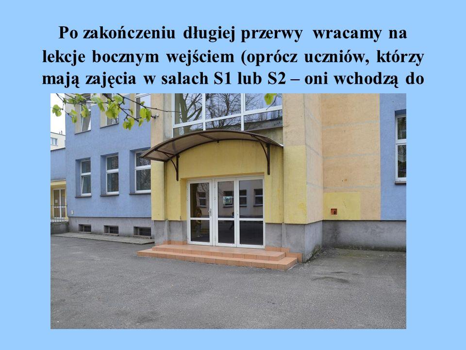 Po zakończeniu długiej przerwy wracamy na lekcje bocznym wejściem (oprócz uczniów, którzy mają zajęcia w salach S1 lub S2 – oni wchodzą do szkoły wejściem głównym).