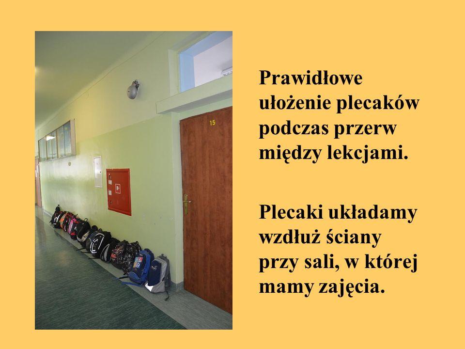 Plecaki układamy wzdłuż ściany przy sali, w której mamy zajęcia.