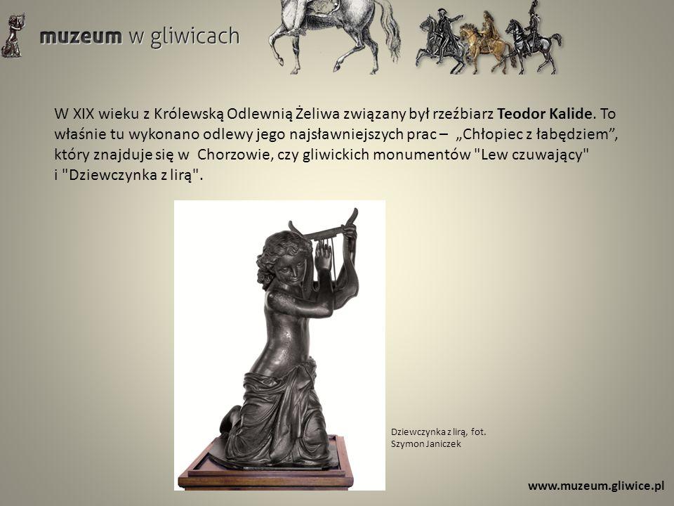 """W XIX wieku z Królewską Odlewnią Żeliwa związany był rzeźbiarz Teodor Kalide. To właśnie tu wykonano odlewy jego najsławniejszych prac – """"Chłopiec z łabędziem , który znajduje się w Chorzowie, czy gliwickich monumentów Lew czuwający"""