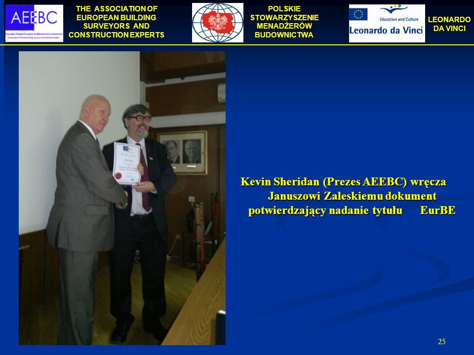 Kevin Sheridan (Prezes AEEBC) wręcza Januszowi Zaleskiemu dokument potwierdzający nadanie tytułu EurBE