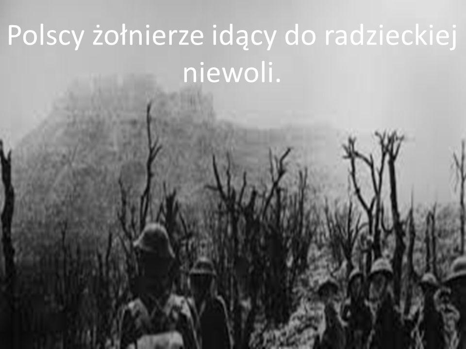 Polscy żołnierze idący do radzieckiej niewoli.