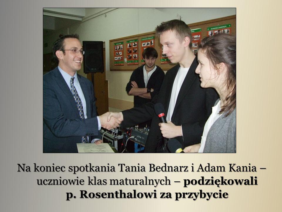 Na koniec spotkania Tania Bednarz i Adam Kania – uczniowie klas maturalnych – podziękowali p.