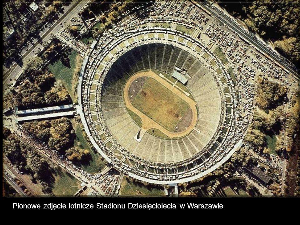 Pionowe zdjęcie lotnicze Stadionu Dziesięciolecia w Warszawie