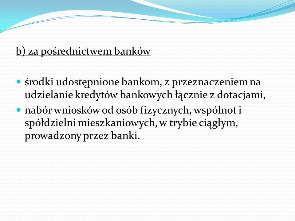b) za pośrednictwem banków