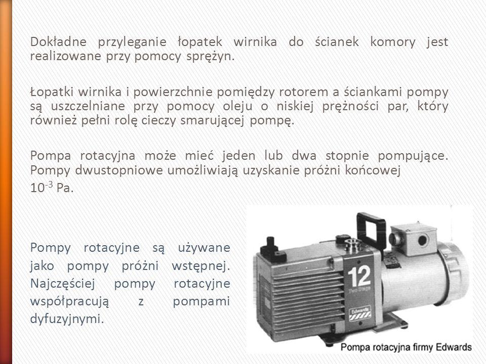 Dokładne przyleganie łopatek wirnika do ścianek komory jest realizowane przy pomocy sprężyn. Łopatki wirnika i powierzchnie pomiędzy rotorem a ściankami pompy są uszczelniane przy pomocy oleju o niskiej prężności par, który również pełni rolę cieczy smarującej pompę. Pompa rotacyjna może mieć jeden lub dwa stopnie pompujące. Pompy dwustopniowe umożliwiają uzyskanie próżni końcowej 10-3 Pa.