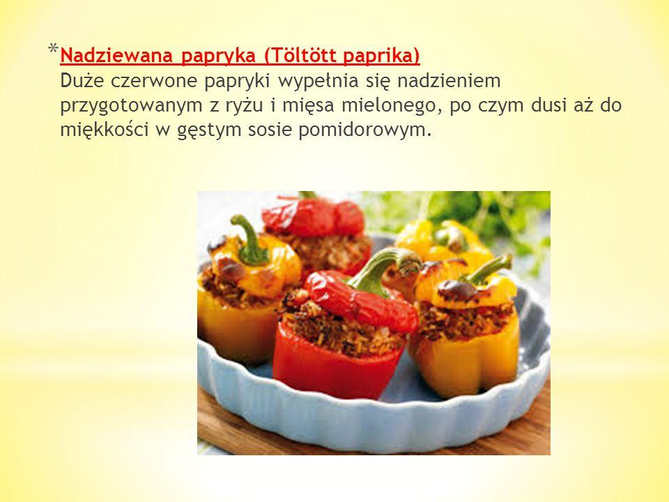 Nadziewana papryka (Töltött paprika) Duże czerwone papryki wypełnia się nadzieniem przygotowanym z ryżu i mięsa mielonego, po czym dusi aż do miękkości w gęstym sosie pomidorowym.