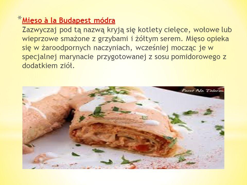 Mięso à la Budapest módra Zazwyczaj pod tą nazwą kryją się kotlety cielęce, wołowe lub wieprzowe smażone z grzybami i żółtym serem.