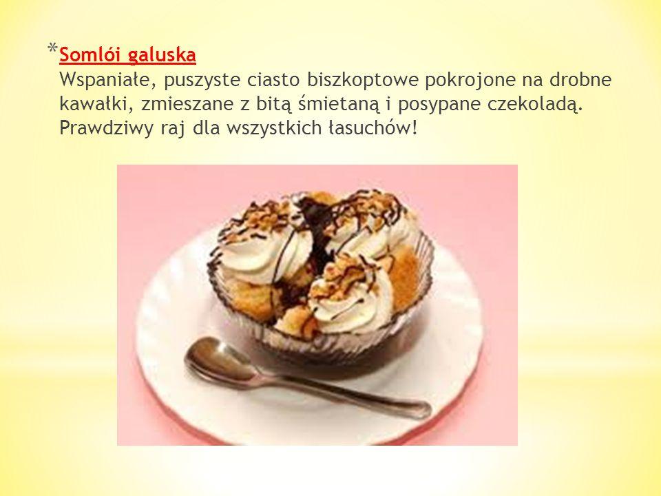 Somlói galuska Wspaniałe, puszyste ciasto biszkoptowe pokrojone na drobne kawałki, zmieszane z bitą śmietaną i posypane czekoladą.