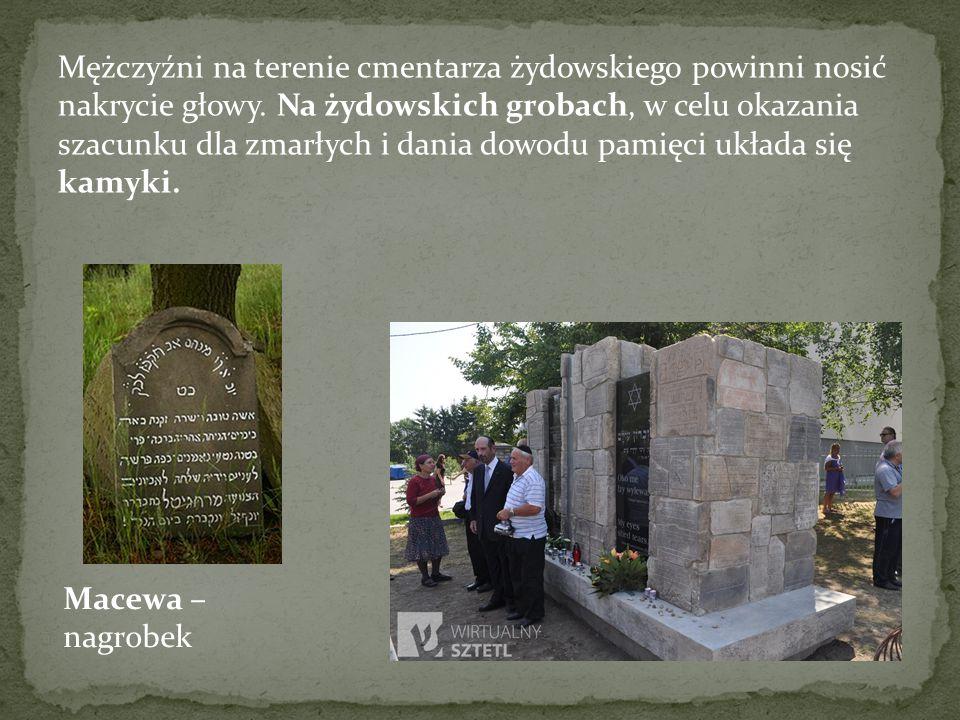 Mężczyźni na terenie cmentarza żydowskiego powinni nosić nakrycie głowy. Na żydowskich grobach, w celu okazania szacunku dla zmarłych i dania dowodu pamięci układa się kamyki.